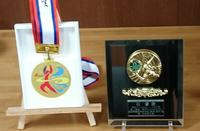 IHメダルと贈られた盾