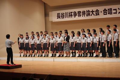 校内合唱コンクールで歌う合唱団