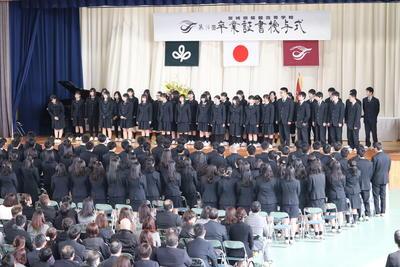 卒業式で歌う合唱団