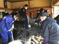 泥のかき出し作業